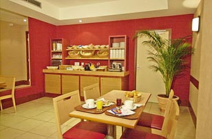 Salle petit déjeuner Relais de Paris La Fayette