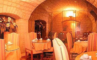 Salle petit déjeuner Hôtel la Tour Notre Dame